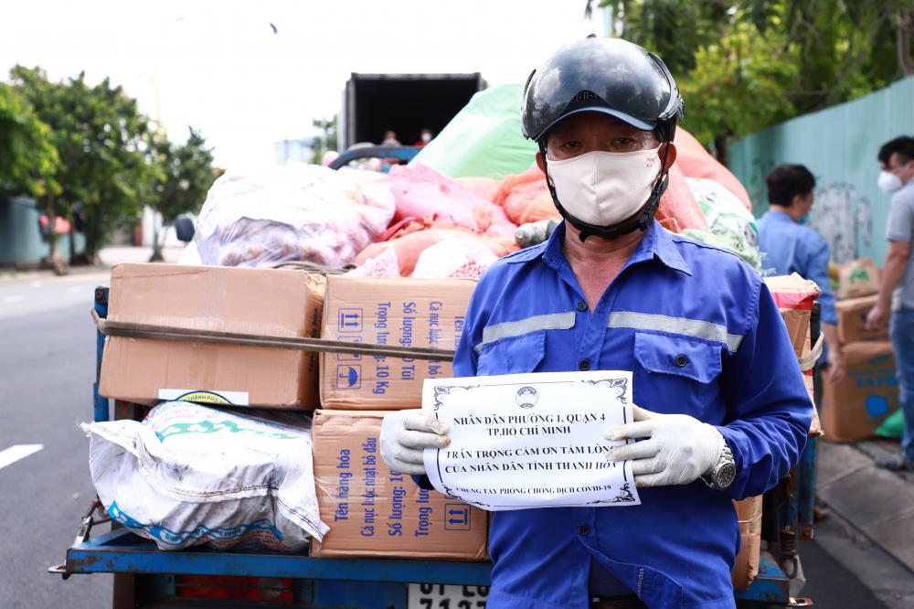 Người dân quận 4 đã nhận được hàng hỗ trợ của bà con Thanh Hóa.