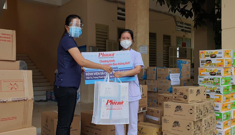 Báo Phụ Nữ TPHCM tặng vật tư, trang thiết bị y tế đến Bệnh viện dã chiến thu dung điều trị COVID-19 số 1