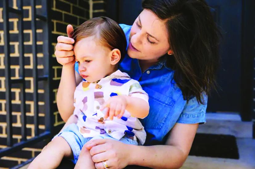 Joelle Cosmas bế cậu con trai Johnny chào đời vào tháng 5/2020. Cô bật cười khi nhớ lại cảnh đứng trước cửa nhà và giơ con mình lên cho người thân, bạn bè đứng từ xa nhìn thấy giữa đại dịch, hệt như một cảnh trong bộ phim Vua sư tử - ẢNH: WASHINGTON POST