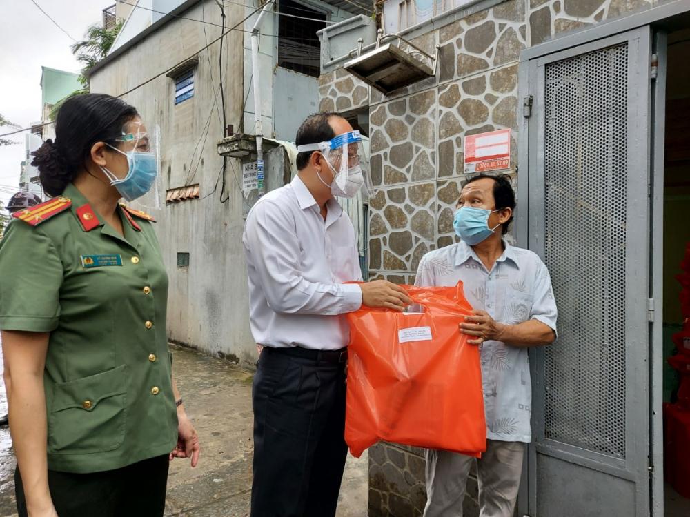 Phó Bí thư Thành ủy TPHCM Nguyễn Hồ Hải thăm hỏi ông Nguyễn Văn Bảo - bệnh nhân F0 vừa khỏi bệnh trở về sau 21 ngày điều trị tại Thủ Đức.