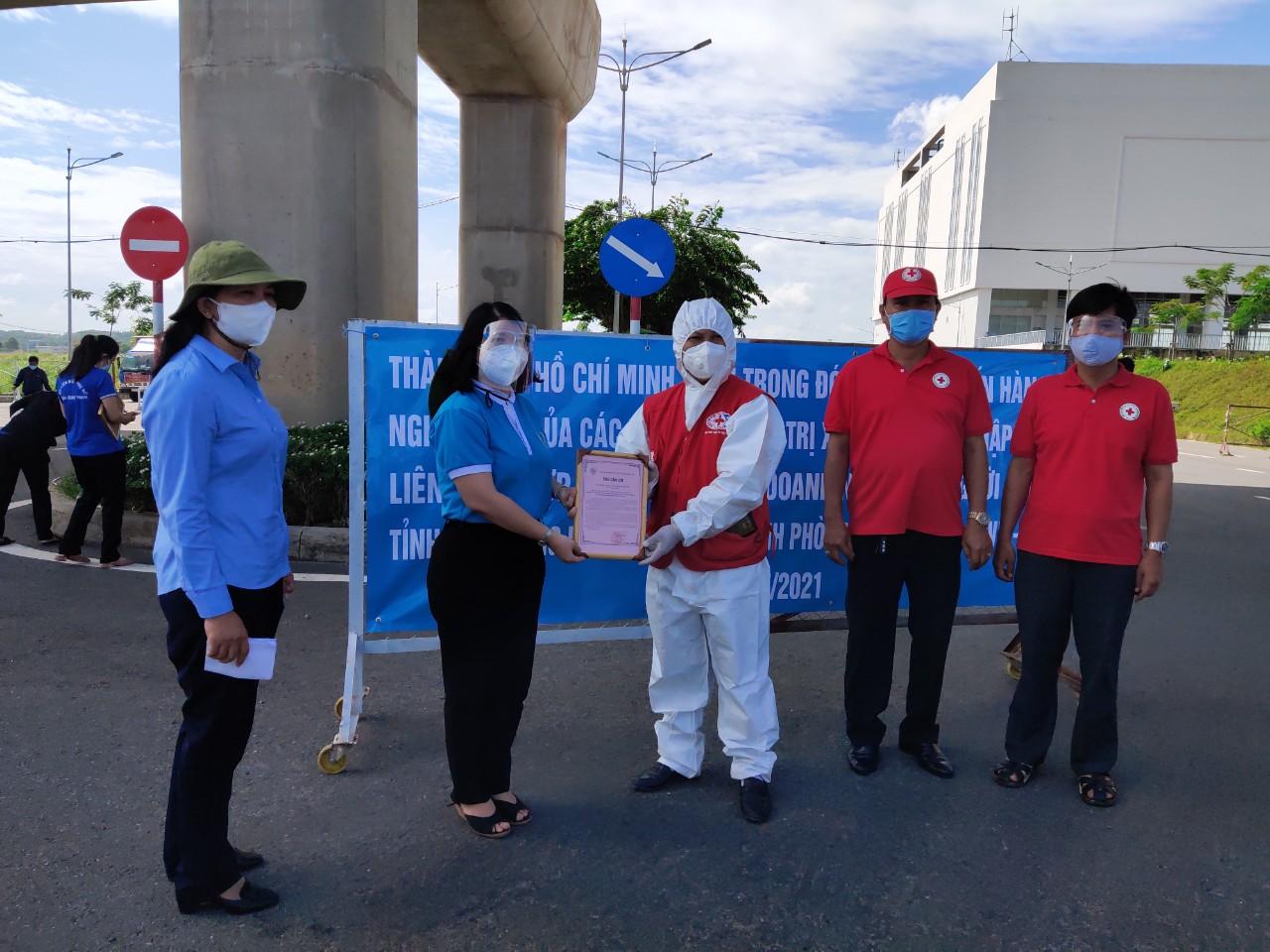 Bà Trần Thị Huyền Thanh - Phó Chủ tịch Hội LHPN TP - đại diện các đoàn thể, tổ chức chính trị TP. HCM gởi thư cảm ơn đến các tổ chức đoàn thể tỉnh Bắc Giang
