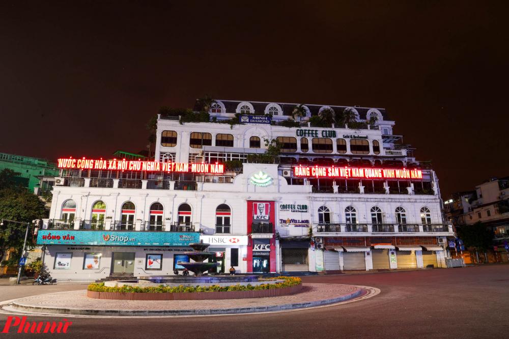 Tòa nhà Hàm Cá Mập (quận Hoàn Kiếm), Quảng trường Đông Kinh Nghĩa Thục ngày thường là địa điểm được rất nhiều bạn trẻ chọn để tụ tập check in. Trong những ngày này, toàn bộ khu vực xung quanh vắng lặng không một bóng người vào mỗi buổi tối.