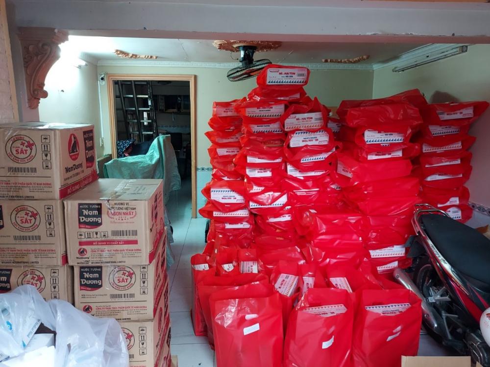 300 phần quà gồm mì, trứng, sữa, khẩu trang... được Ban Tổ chức Thành ủy và Công an quận 4 gửi đến các hộ dân có hoàn cảnh khó khăn tại khu vực hẻm 76 Tôn Thất Thuyết, phường 16, quận 4.