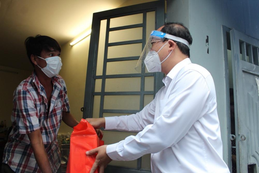 Phó Bí thư Thành ủy TPHCM Nguyễn Hồ Hải vận động người dân, là người lao động tự do ở trọ tại hẻm 76 Tôn Thất Thuyết, cùng TP vượt qua giai đoạn khó khăn này.