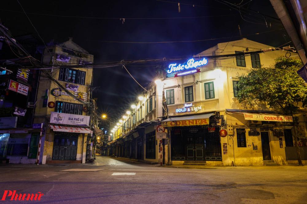 Khu vực phố Tạ Hiện (phường Hàng Buồm) vốn luôn náo nhiệt nhất ở Hà Nội giờ đây vắng lặng trong ngày giãn cách xã hội.