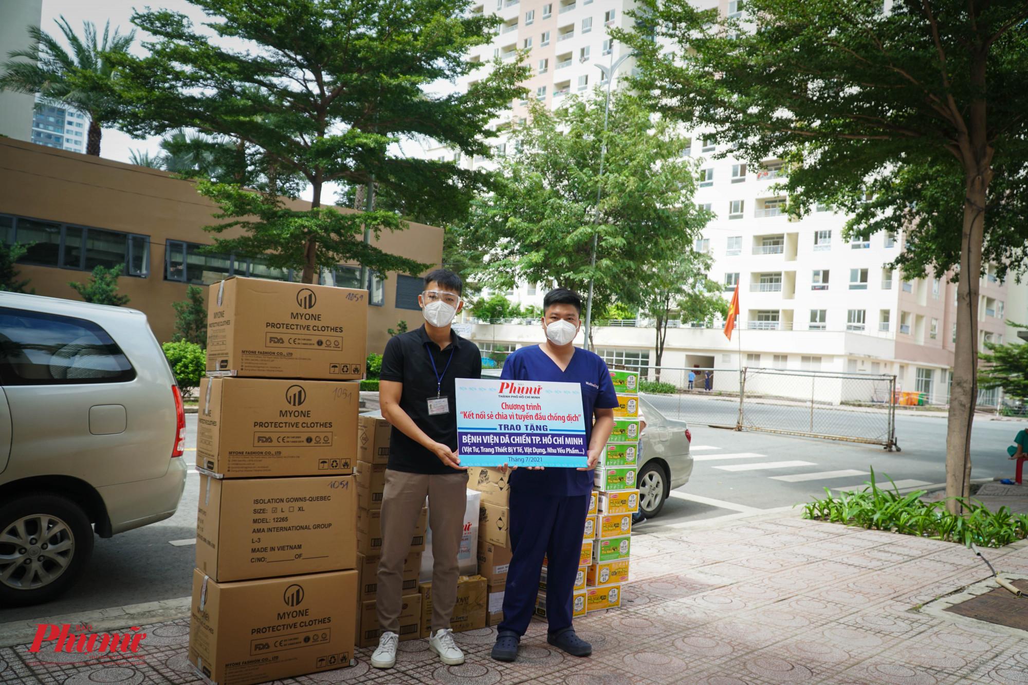 Báo Phụ Nữ TPHCM gửi tặng bệnh viện dã chiến Thu Dung  10 máy đo nôgng độ Oxy máu (SP02), 200 khẩu trang N95, 200 bộ PPE quần áo chống dịch và nhiều nhu yếu phẩm khác