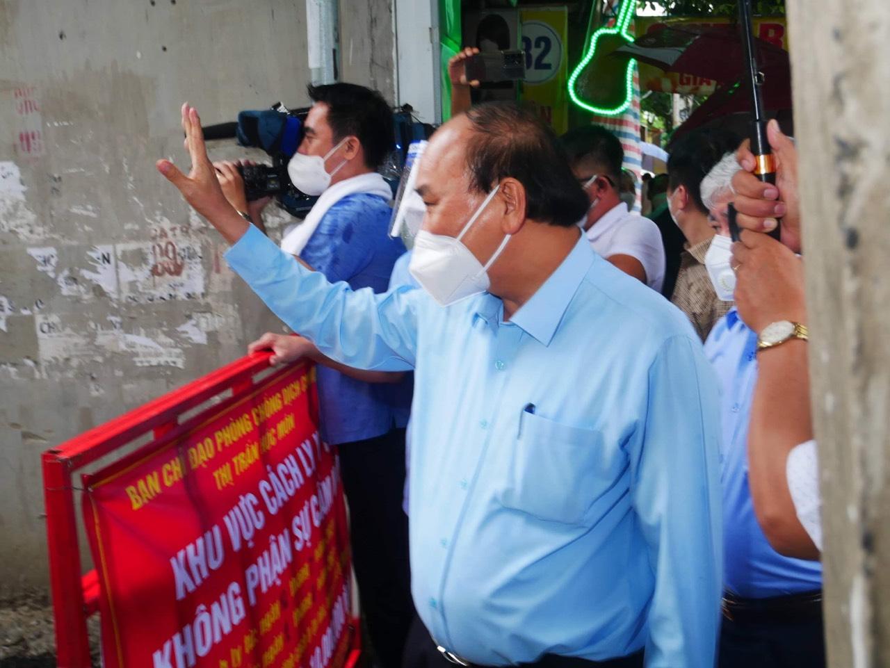 Chủ tịch nước đến thăm một địa điểm phong tỏa tại huyện Hóc Môn