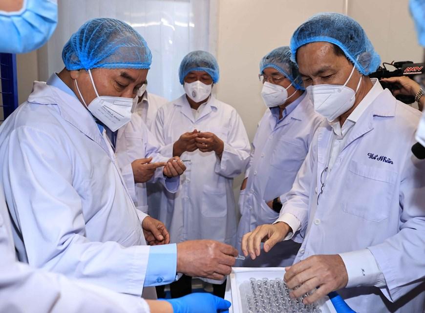 Chủ tịch nước Nguyễn Xuân Phúc thăm và làm việc tại Công ty Nanogen. Ảnh: TTXVN