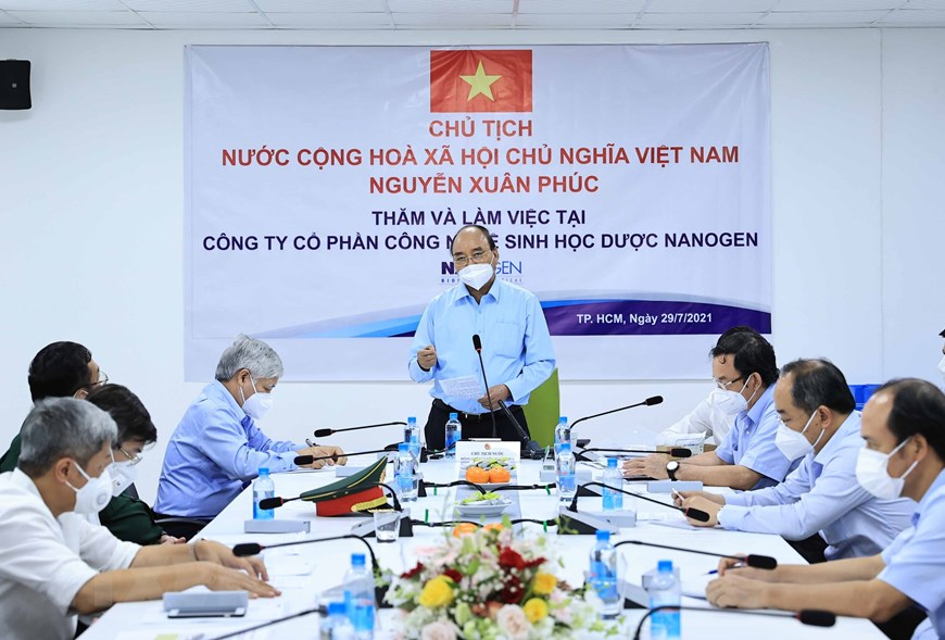 Chủ tịch nước Nguyễn Xuân Phúc làm việc tại công ty Nanogen. Ảnh: TTXVN