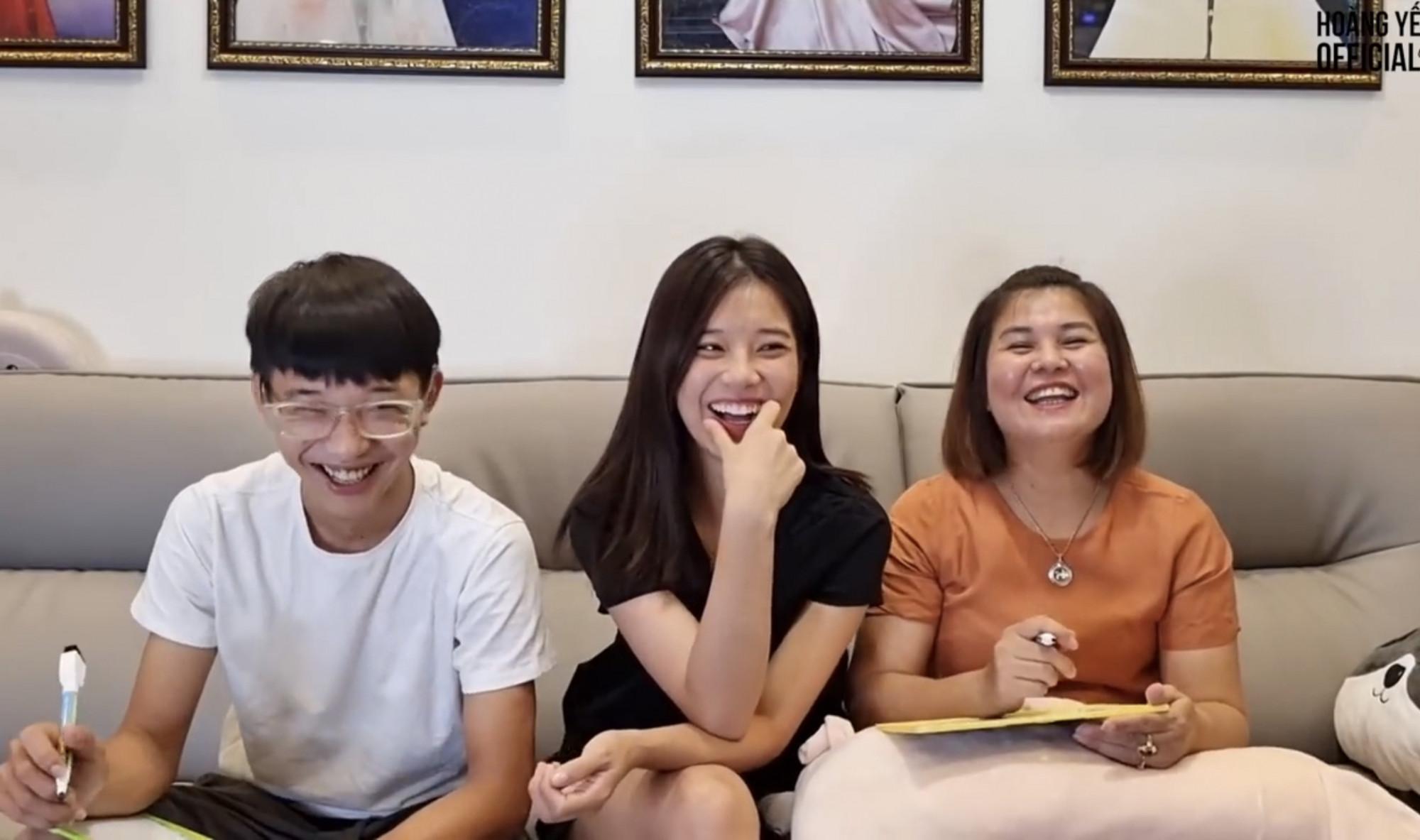 Gia đình Hoàng Yến Chibi chơi trò chơi để hiểu ý nhau thông qua những câu hỏi đơn giản
