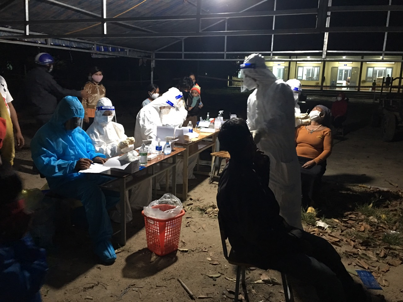 Các ngành chức năng lấy mẫu xét nghiệm SARS-CoV-2 tại xã Cư Pui