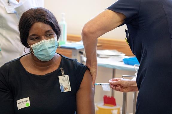 Một nhân viên y tế được tiêm vaccine phòng Covid-19 tại Bệnh viện Khayelitsha, ngoại ô thủ đô Cape Town của Nam Phi. Ảnh: Reuters
