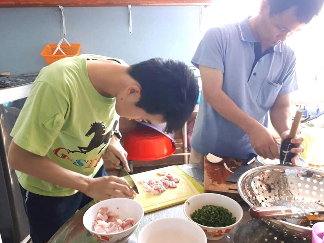 Thơm - Thảo chuẩn bị bữa ăn tại Mái ấm Thiên Ân
