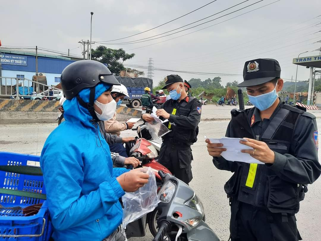 Lực lượng chức năng kiểm tra giấy tờ đối với người vận chuyển hàng hóa.