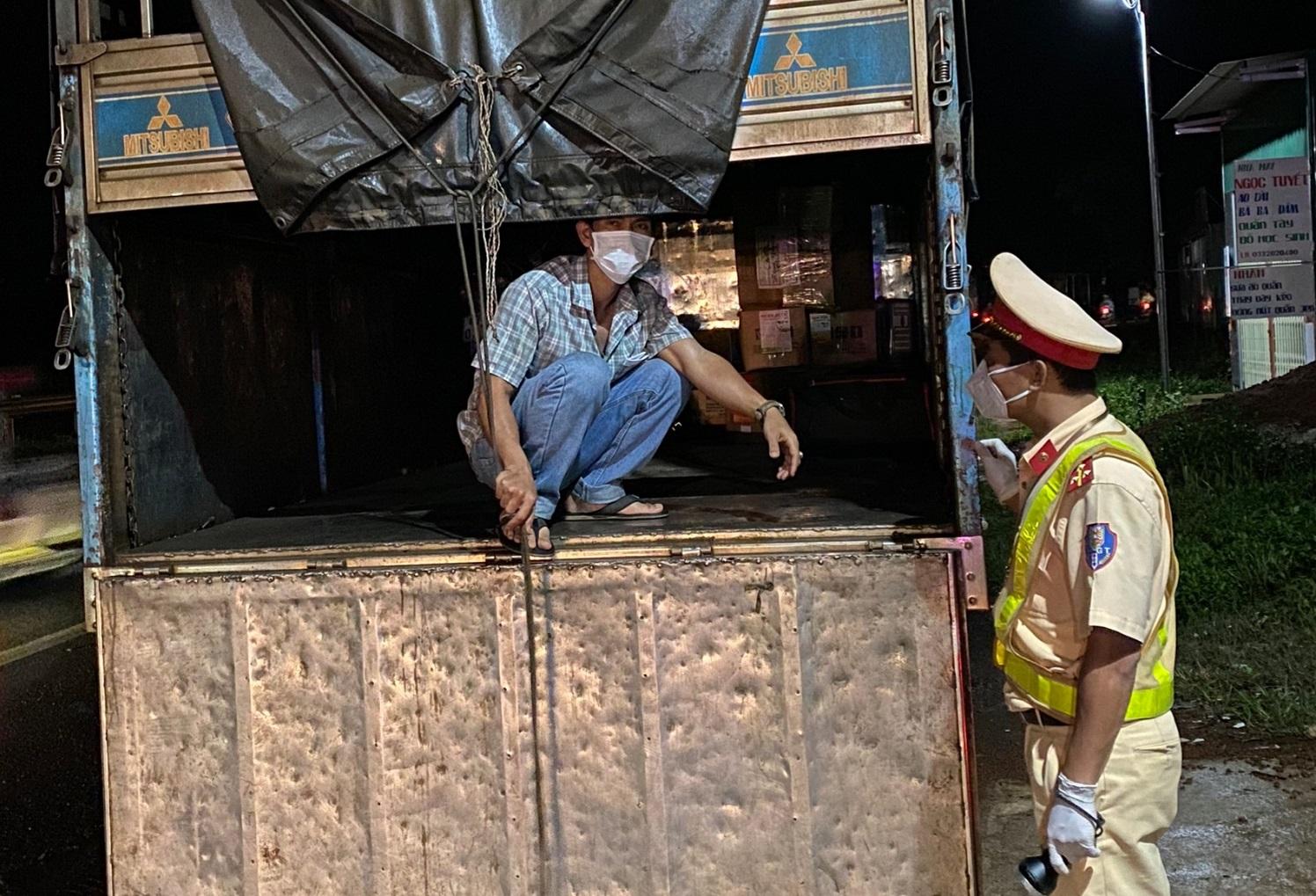 Người đàn ông trốn trong thùng xe tải do không có giấy xét nghiệm âm tính