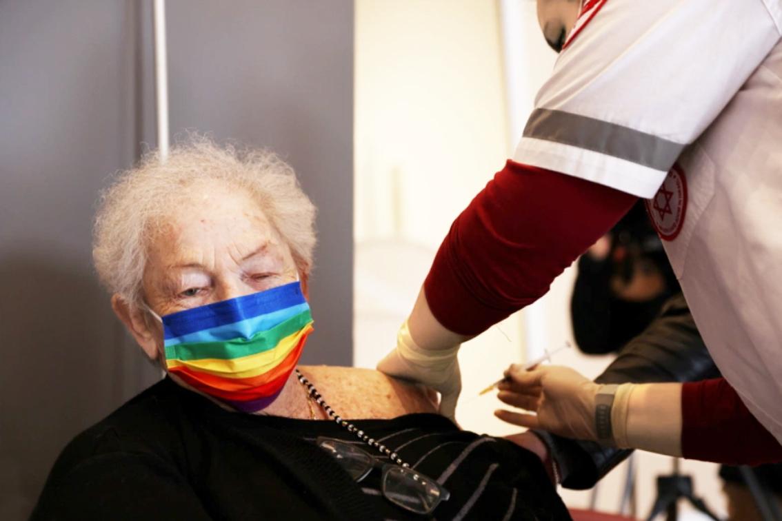 Người phụ nữ lớn tuổi được tiêm nhắc lại vắc-xin phòng COVID-19 tại một cơ sở hỗ trợ sinh hoạt ở Netanya, Israel - ẢNH: REUTERS