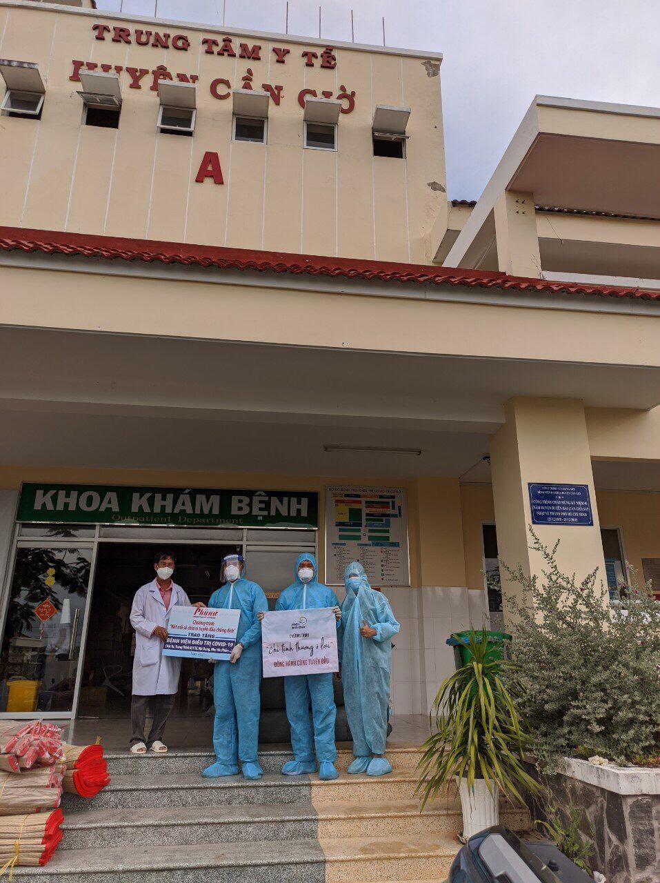 Nhóm thiện nguyện miền tỉnh thức tặng vật tư y tế đến bệnh viện điều trị COVID-19 Cần Giờ