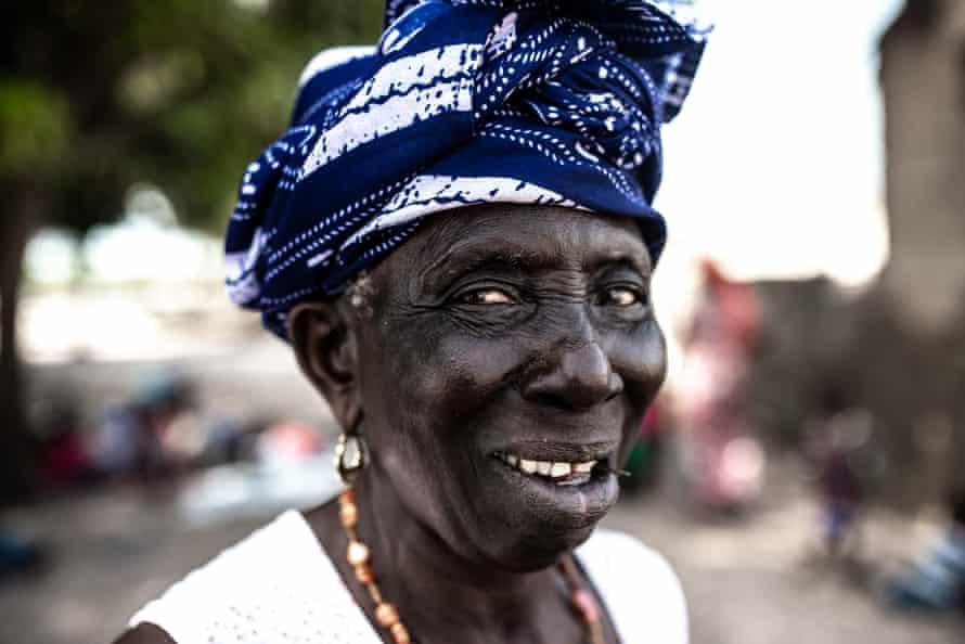 Trong các gia đình người Senegal,  Badiane truyền kiến thức truyền thống cho các bé gái đến tuổi dậy thì