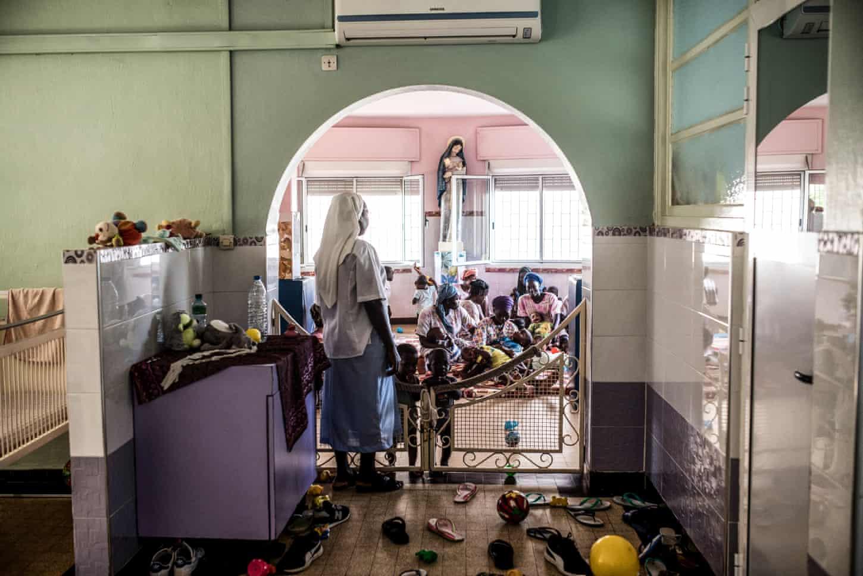 Pouponnière ở Dakar do các nữ tu điều hành và nhận trẻ em mồ côi hoặc bị bỏ rơi