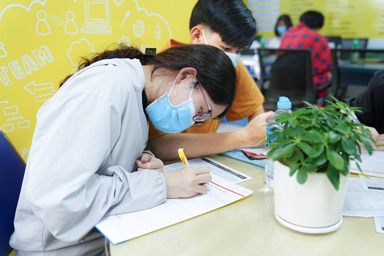 Thí sinh đăng ký xét tuyển đại học bằng  học bạ năm2021 - ẢNH: PHÚC TRẦN