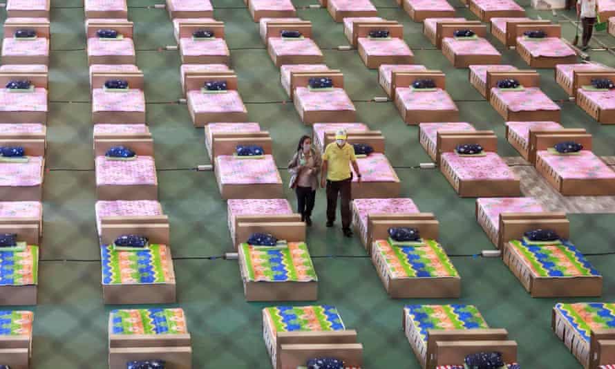 Các tình nguyện viên chuyển đổi một nhà kho chứa hàng hóa thành bệnh viện dã chiến điều trị COVID-19 tại sân bay Bangkok