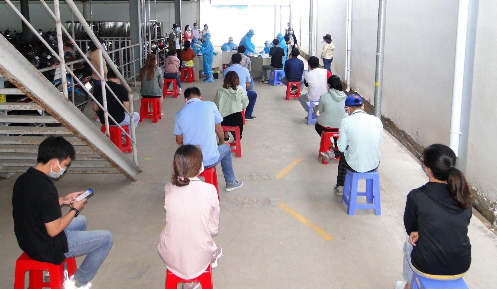 Ngành y tế lấy mẫu xét nghiệm cho công nhân Khu công nghiệp Long Giang (tỉnh Tiền Giang) - (Ảnh: CDC Tiền Giang cung cấp)