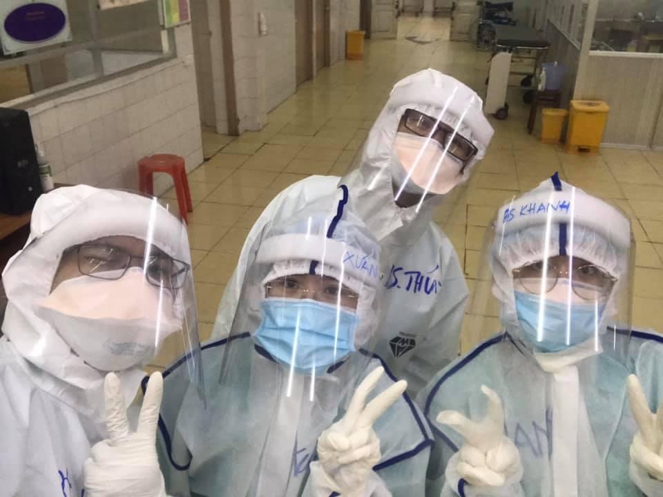 Các bác sĩ của Bệnh viện Điều trị COVID-19 Trưng Vương trước khi vào ca trực