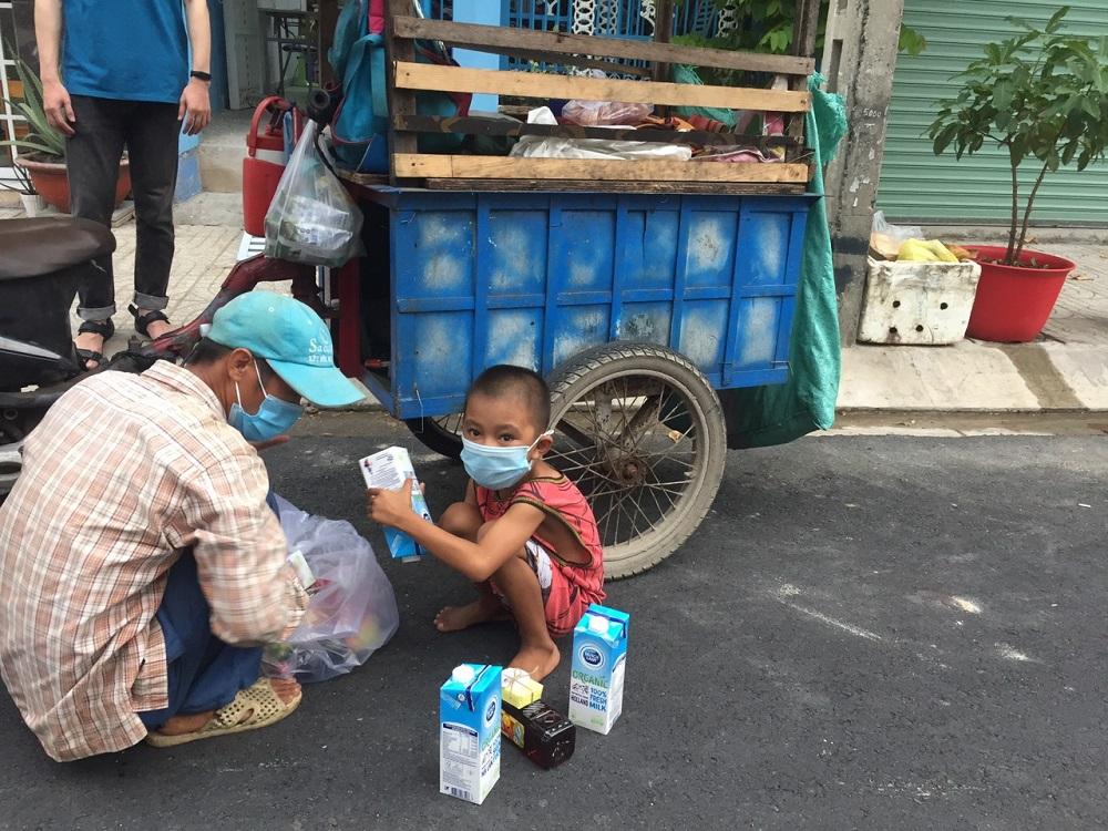 Những phần quà yêu thương dành cho người nghèo, người vô gia cư với thông điệp dù là ai thì cũng không để bị bỏ lại phía sau trong cuộc chiến chống dịch COVID-19 - Ảnh: CGHL