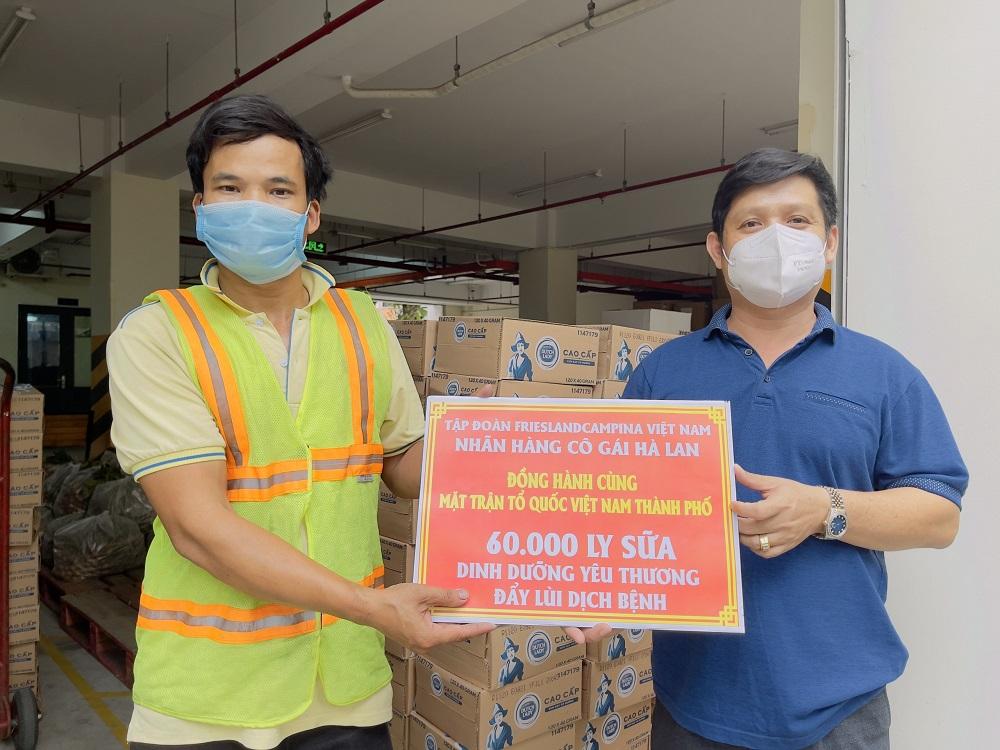 Những chuyến hàng đầy ắp yêu thương chuyển về Mặt trận Tổ quốc Việt Nam TPHCM để chăm sóc dinh dưỡng cho tuyến đầu chống dịch - Ảnh: CGHL