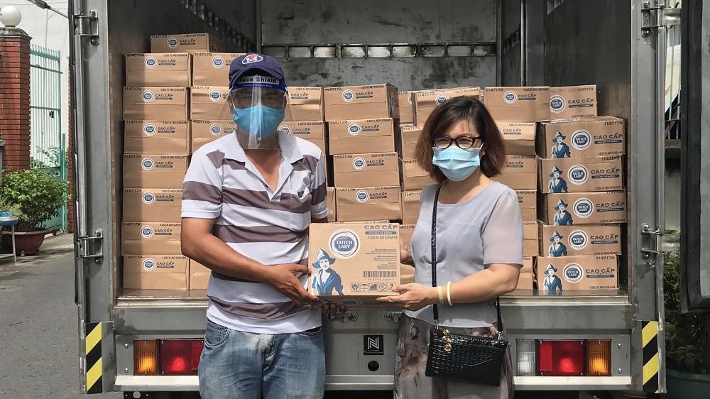 Đại diện Mặt trận Tổ quốc Việt Nam tỉnh Bình Dương nhận tấm lòng chung tay chia sẻ từ Sữa Cô Gái Hà Lan - Ảnh: CGHL