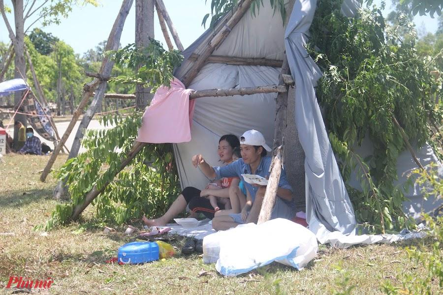 Hai ngày nay, lượng người dân Thừa Thiên Huế đang sống, làm ăn tại TPHCM đổ về quê rất đông. Nhiều người dân dựng lều tạm ven đường để chờ đến lượt khai báo y tế và được đưa đi cách ly tập trung