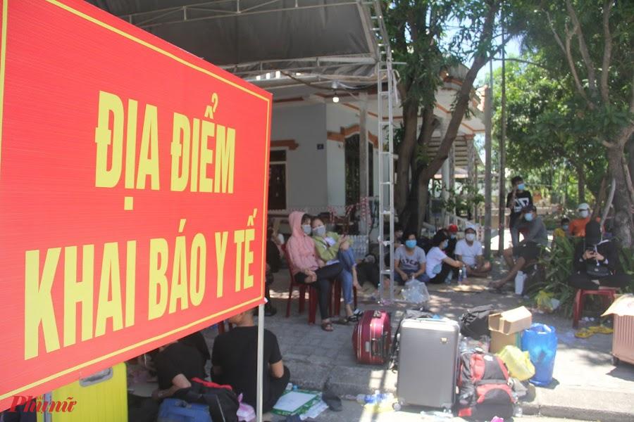 Số người này vượt hành trình hơn 1000km từ TP. Hồ Chí Minh về đến Thừa Thiên Huế và các tỉnh Bắc Trung bộ trên những chiếc xe máy, cùng nhiều loại hành lý. Trạm kiểm soát y tế đã tiếp nhận, mở tờ khai y tế cho hàng ngàn người.