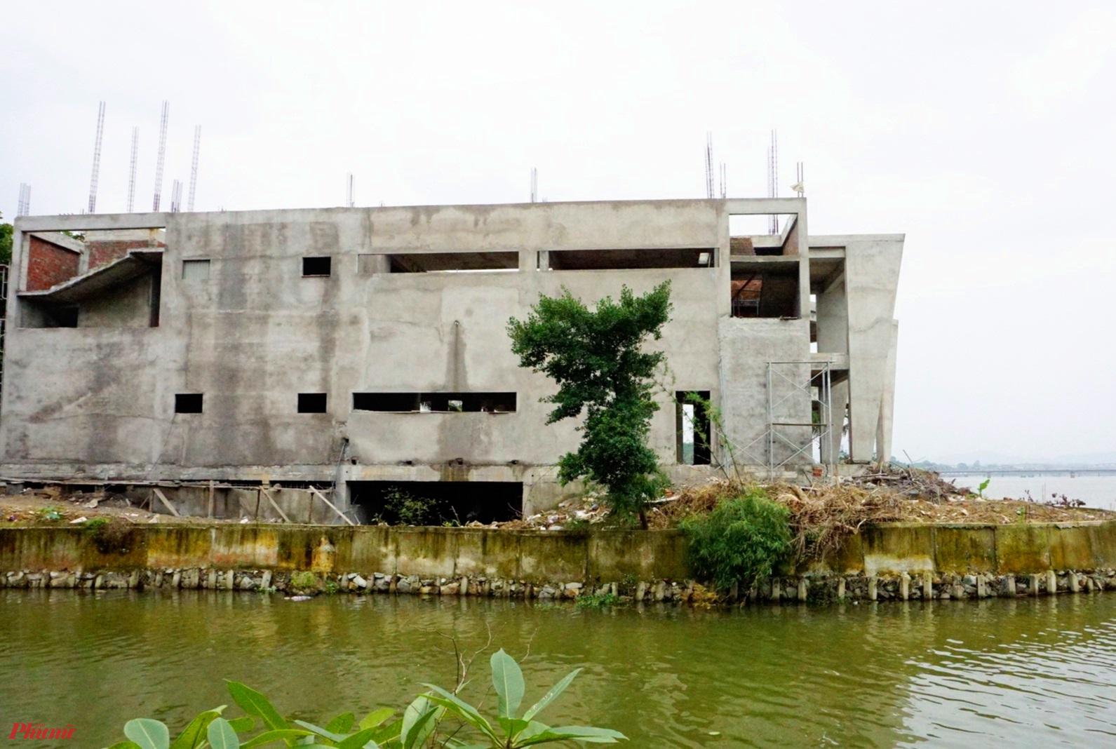 Người dân xứ Huế hoài nghi vì sao 'khối bê tông' này vi phạm cảnh quang đôi bờ sông Hương lâu năm nhưng chưa được tháo gỡ