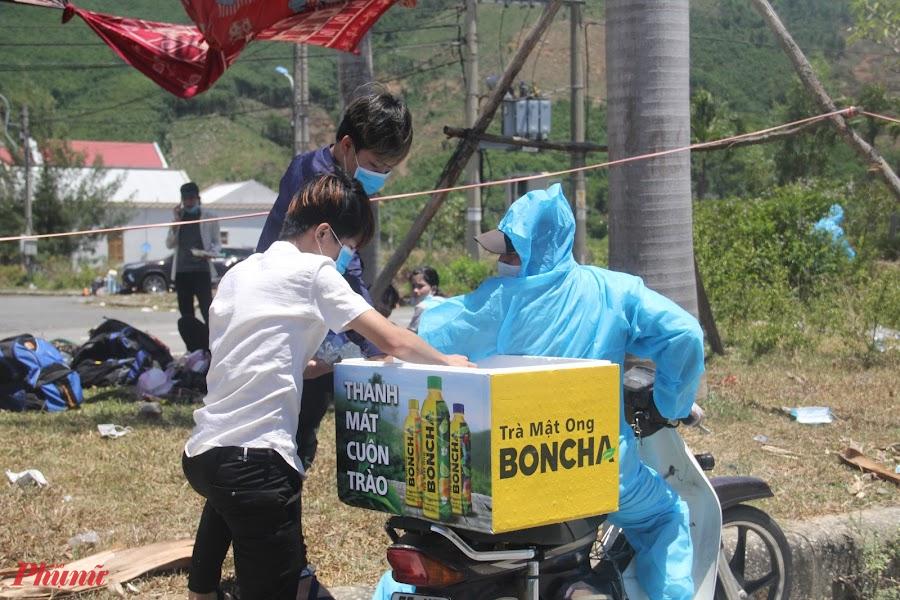 Nhận thấy bà con vất vả, nhiều tình nguyện viện đã tiếp nước phụ giúp bà con giữa ban trưa