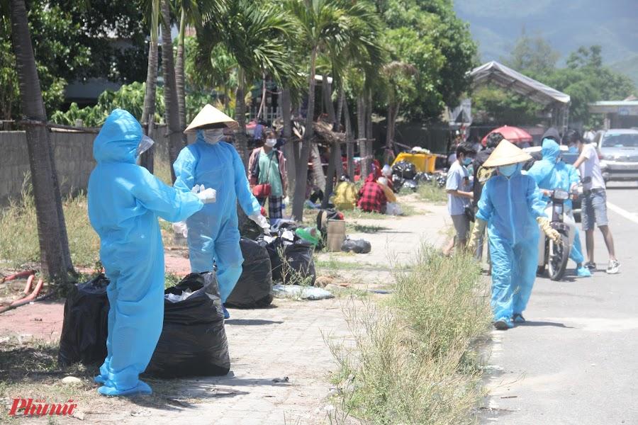 Thậm chí người dân thị trấn Lăng Cô huyện Phú Lộc còn giúp thu gom rác để đúng nơi quy định