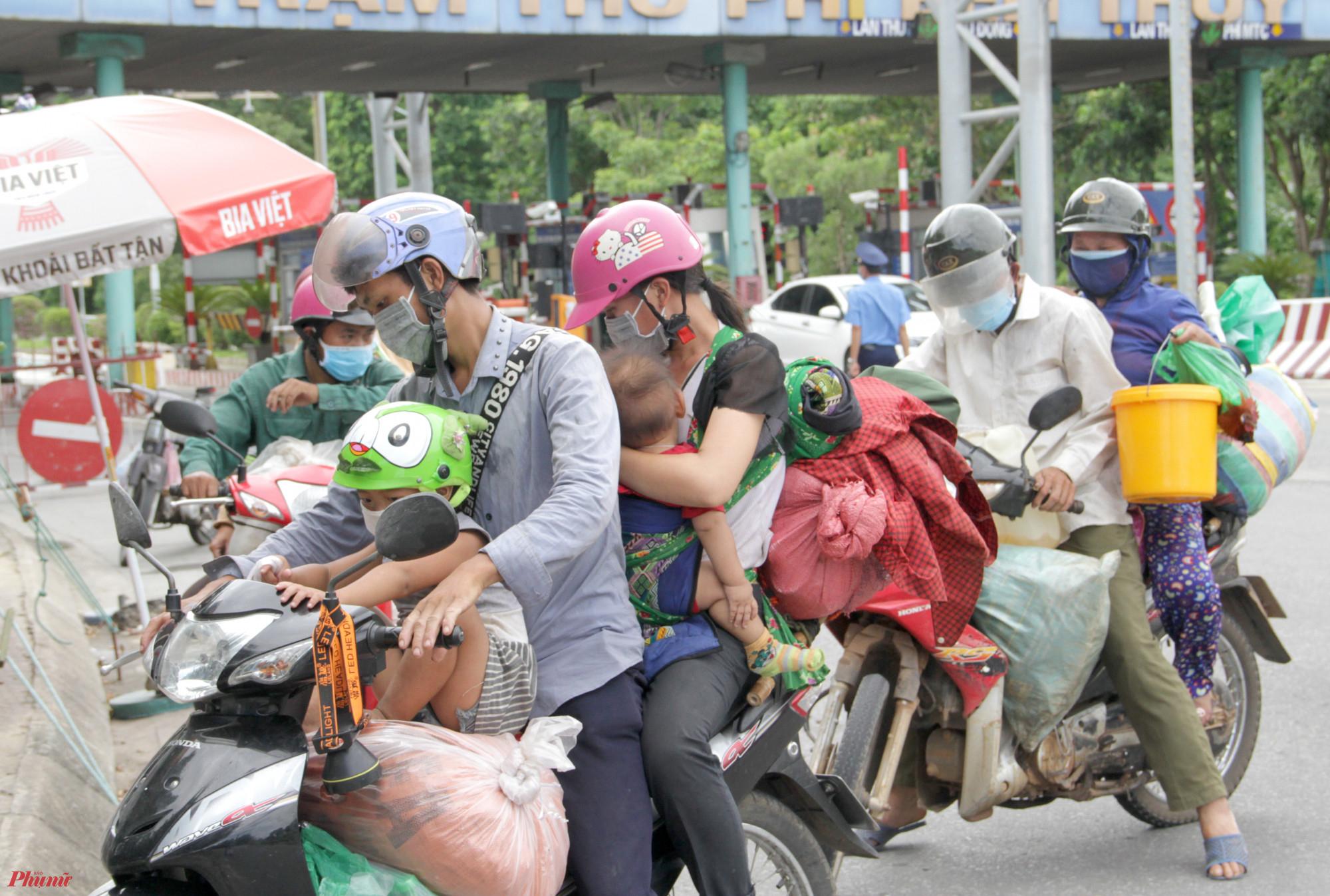 Từng tốp người chạy xe máy từ miền Nam về Nghệ An lần lượt đến chốt kiểm soát khai báo y tế