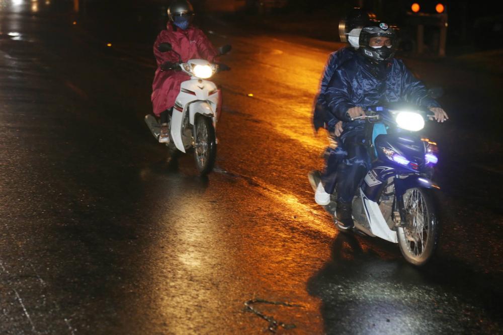 Người dân đội mưa chạy xe máy vượt gần 400km từ Đồng Nai về Đắk Lắk