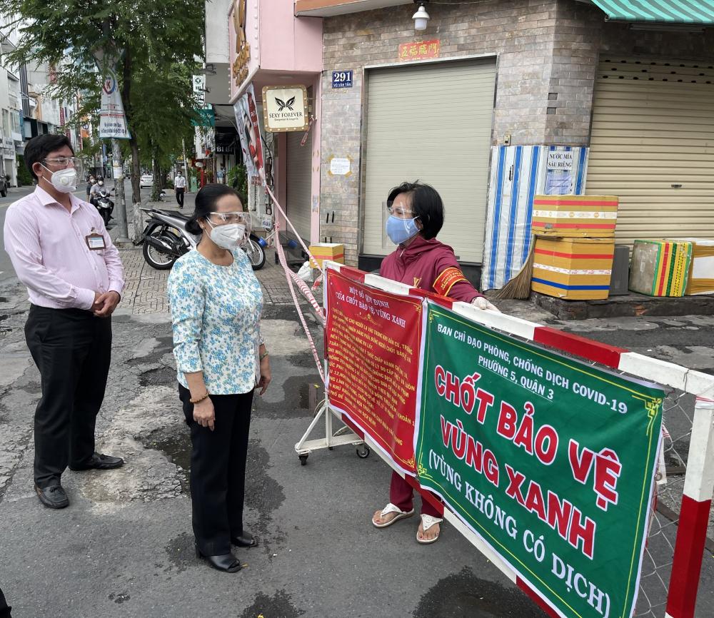 Chủ tịch HĐND TPHCM Nguyễn Thị Lệ thăm hỏi Tổ COVID cộng đồng tham gia giữ các vùng xanh trên địa bàn quận 3.