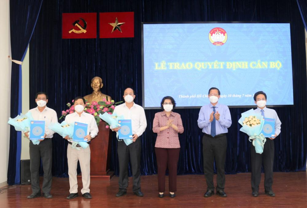 Các Phó Chủ tịch Ủy ban MTTQ Việt Nam TPHCM nhận quyết định công nhận chức danh.