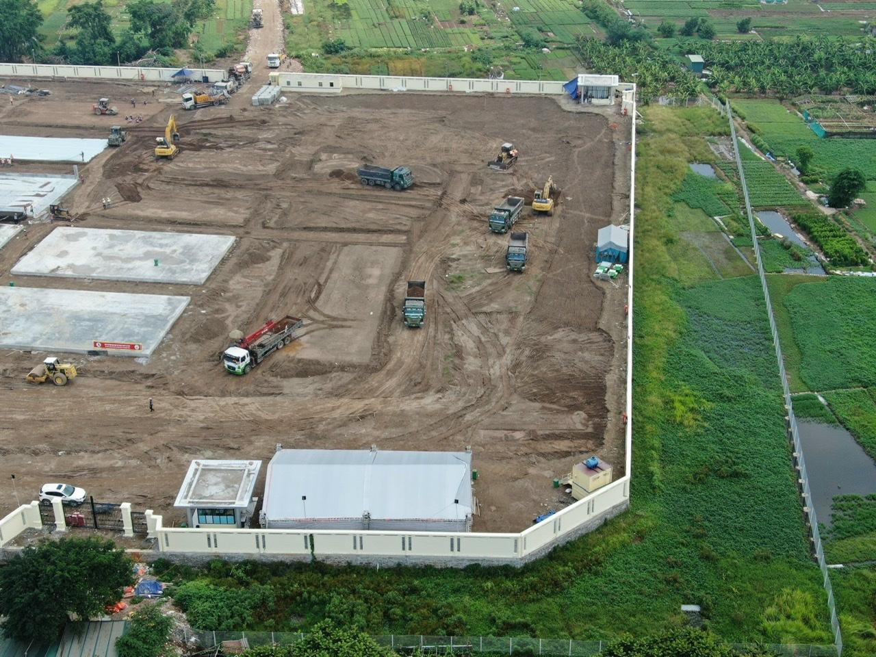 Xung quanh bệnh viện được dựng hành lang ngăn cách khoảng 20m.