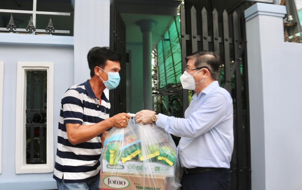 Chủ tịch UBND TPHCM Nguyễn Thành Phong tặng quà người dân có hoàn cảnh khó khăn tại khu phố 6, huyện Nhà Bè, động viên nhân dân cùng TP nỗ lực vượt khó chống dịch.