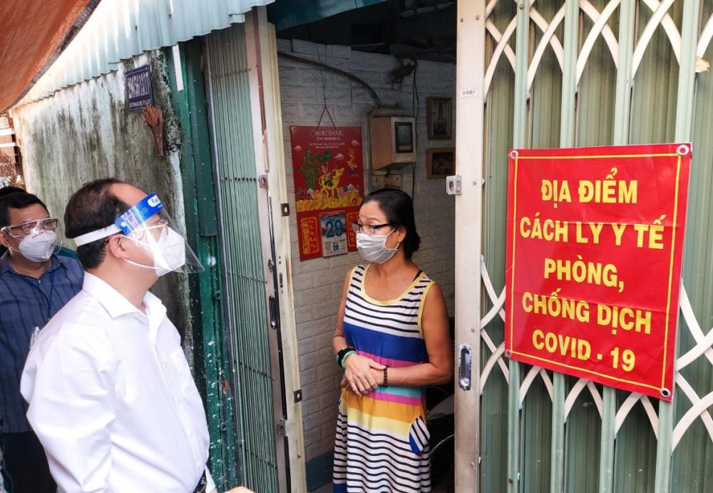 Thăm hỏi đời sống người dân - phần lớn là người lao động tự do, chịu ảnh hưởng nhiều bởi dịch COVID-19, Phó Bí thư Thành ủy TPHCM Nguyễn Hồ Hải mong mọi người tiếp tục phát huy ý thức tự giác, đồng hành cùng TPHCM trong công tác phòng, chống dịch.