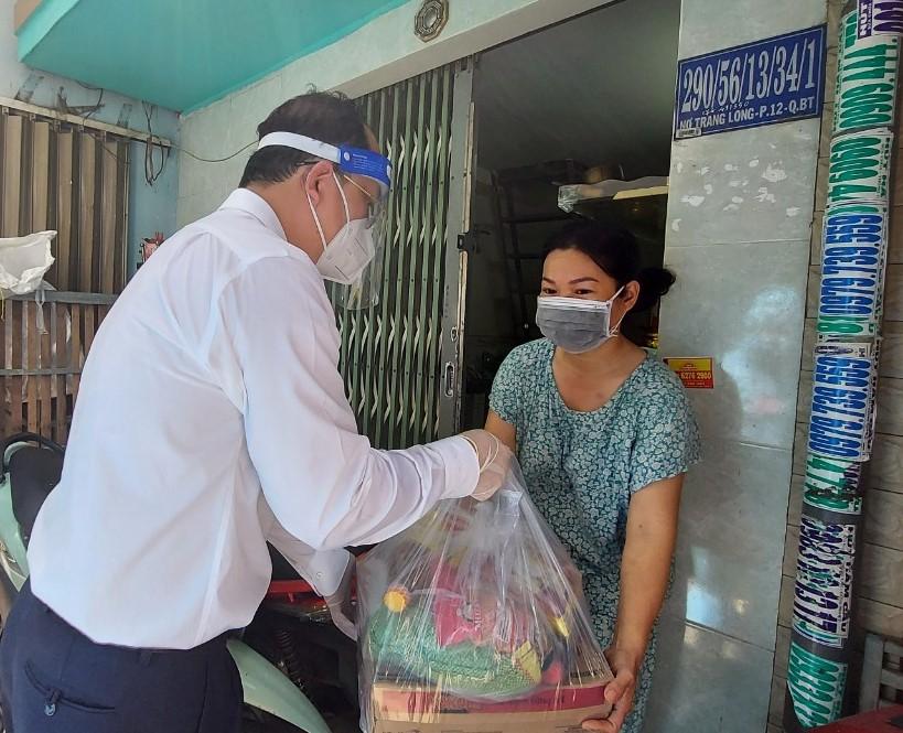 Phó Bí thư Thành ủy TPHCM Nguyễn Hồ Hải trao quà cho người dân Tổ dân phố 28.