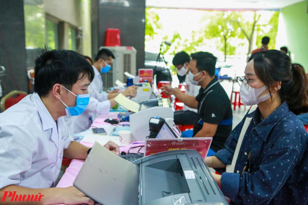 Người dân thực hiện khai báo y tế và làm các thủ tục trước khi hiến máu.