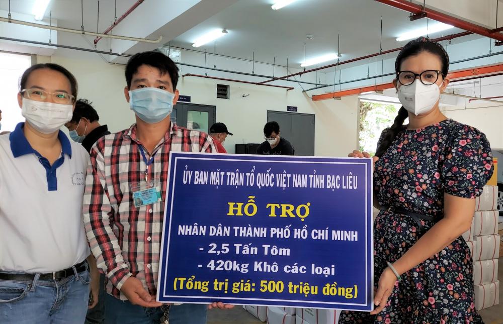 Ủy ban MTTQ Việt Nam TPHCM tiếp nhận ủng hộ từ tỉnh Bạc Liêu.