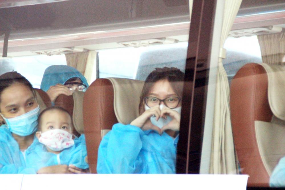 Niềm vui của những người từ TPHCM được đón về quê hương Đà Nẵng - Ảnh: Lê Đình Dũng