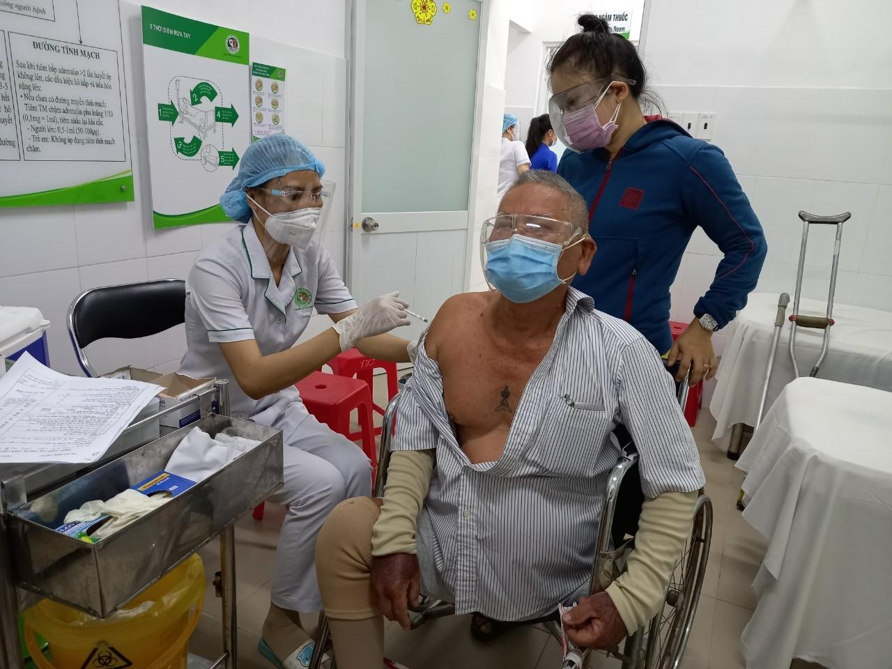 Bộ Y tế đề nghị TP.HCM ưu tiên tiêm vắc xin cho lực lượng y tế tuyến đầu, người cao tuổi và những người có bệnh lý nền.