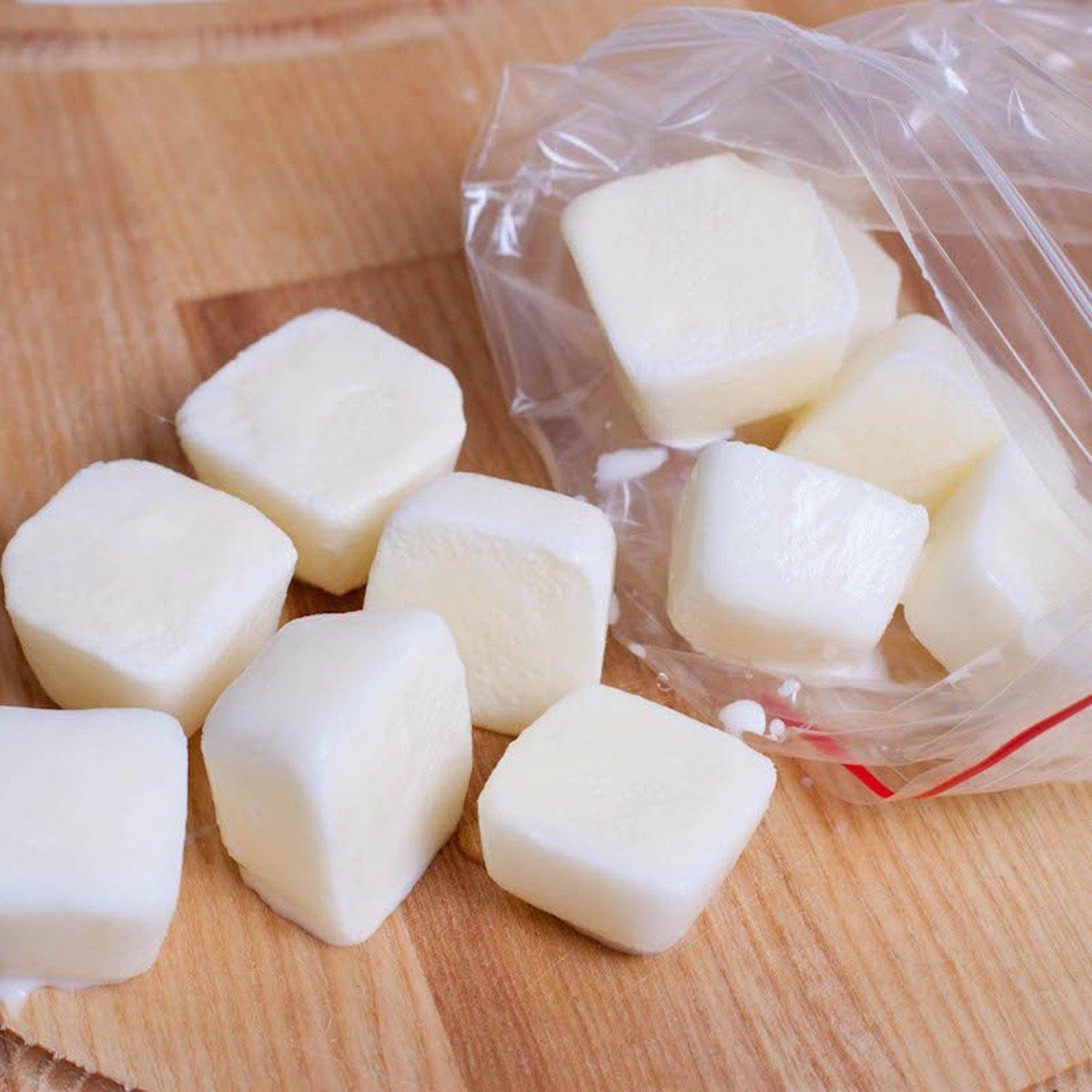 Cho sữa tươi không đường vào khay đá, đặt vào tủ đông và bạn đã có mặt nạ sữa tươi đông lạnh. Bạn có thể làm tương tự với sữa chua không đường. Mặt nạ sữa giúp giảm nếp nhăn, chống lão hóa.