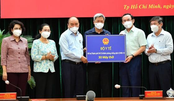Trong chuyến làm việc tại TPHCM, đoàn công tác do Chủ tịch nước dẫn đầu cũng đã tặng Thành phố 103 tỷ đồng và 30 máy thở.