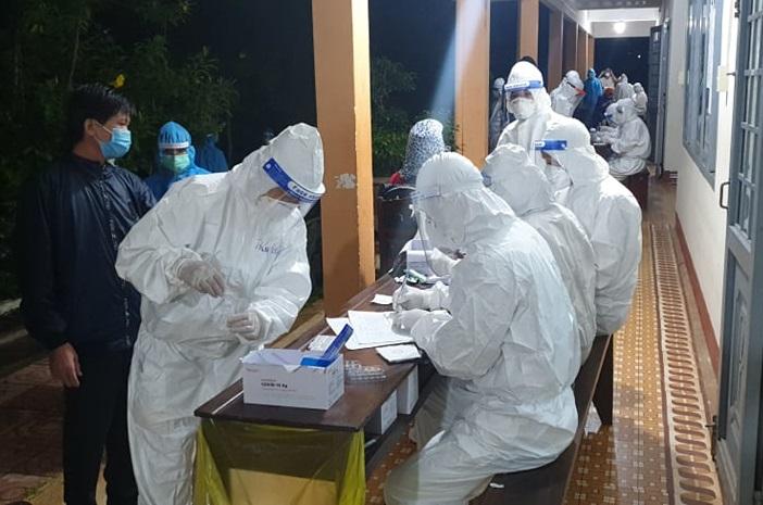Cơ quan chức năng lấy mẫu xét nghiệm cho công dân trở về từ Đồng Nai